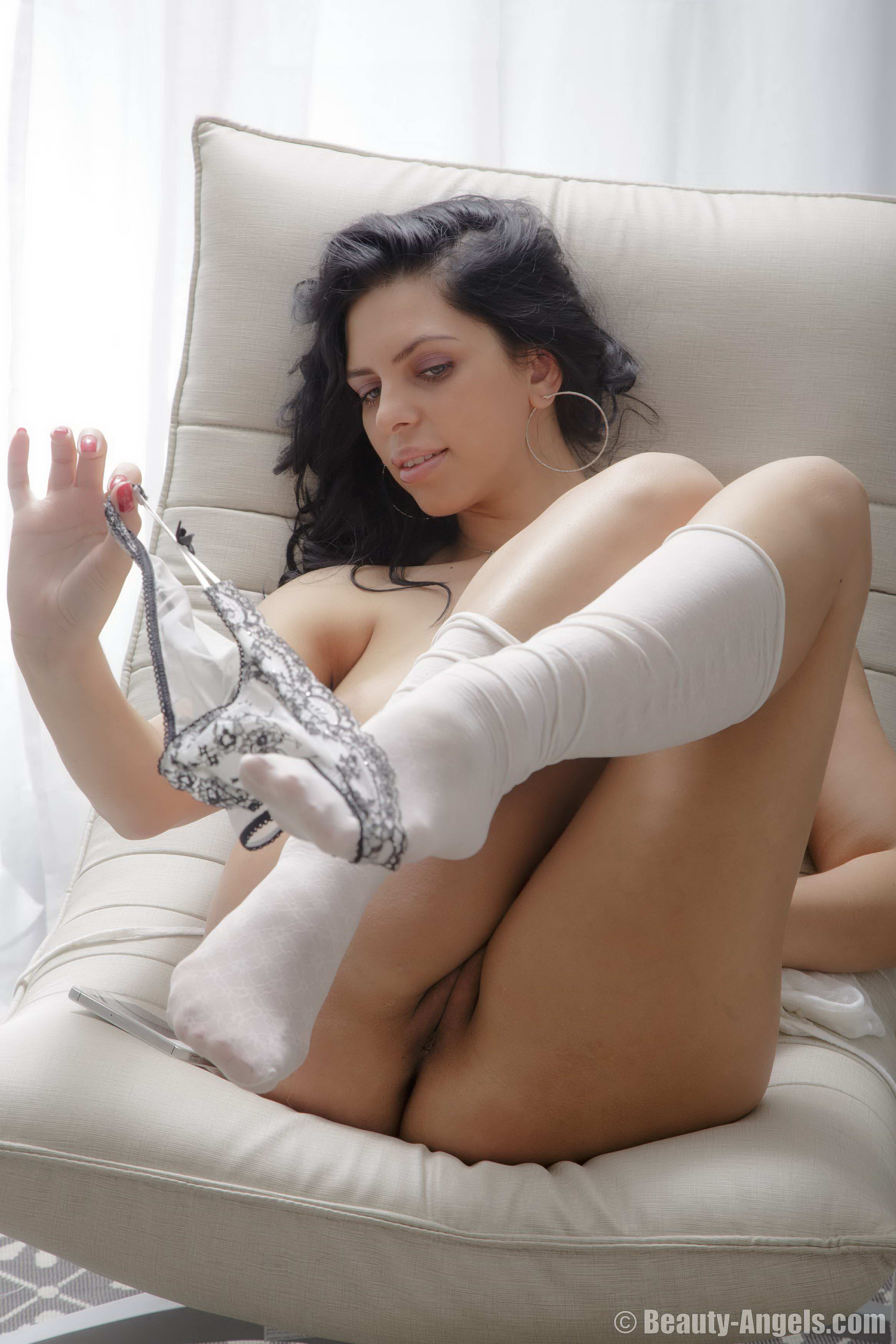 Horny girl using vibrator and cuming 3